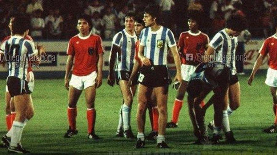 Maradona từng làm cả đội Indonesia trố mắt, đứng im như tượng nhờ cú tâng bóng 'ma thuật'