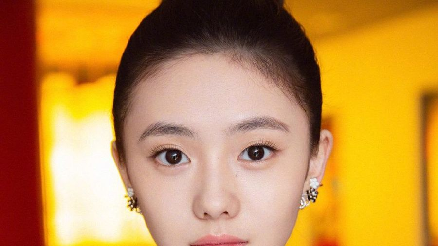 Vì sao đạo diễn Trương Nghệ Mưu o bế cô gái 20 tuổi?