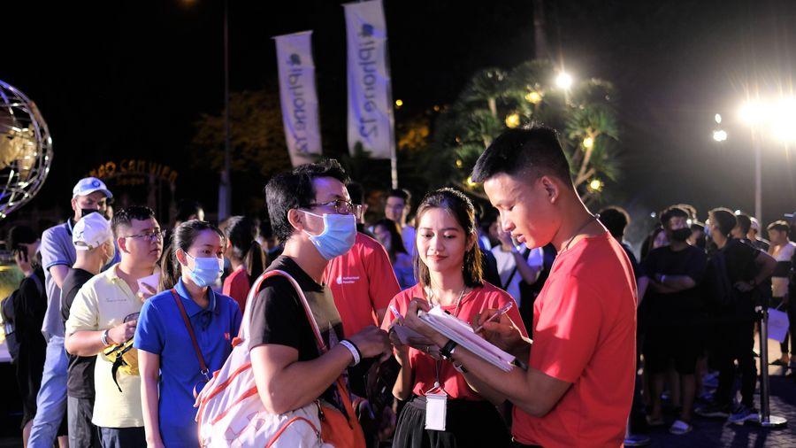 Người Việt xếp hàng qua đêm chờ mua iPhone 12