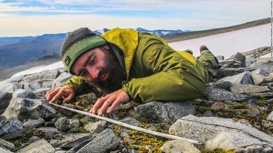 Băng tan để lộ mũi tên săn tuần lộc 6.000 năm trước