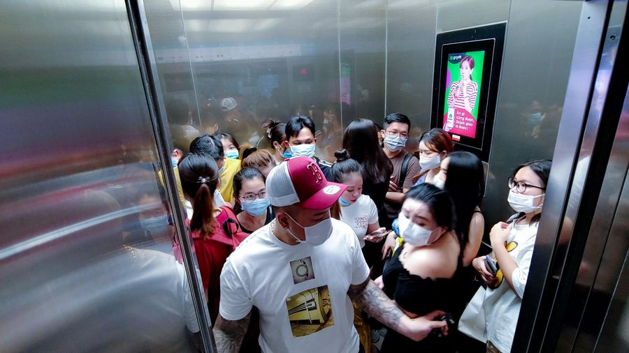 Chen chúc nghẹt thở trong thang máy để mua hàng Black Friday