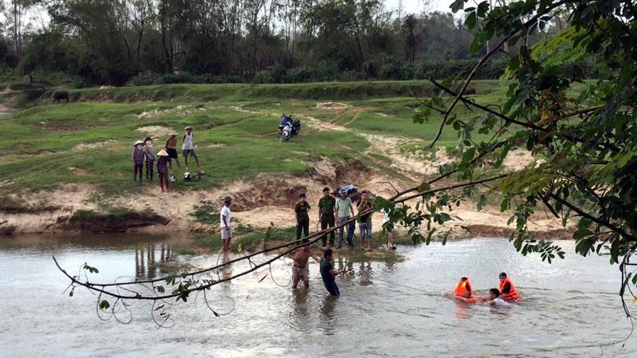 Cứu người gặp nạn giữa suối