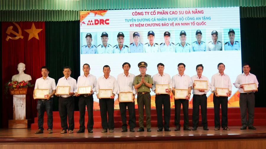 Tặng Kỷ niệm chương Vì sự nghiệp an ninh Tổ quốc cho 10 cá nhân