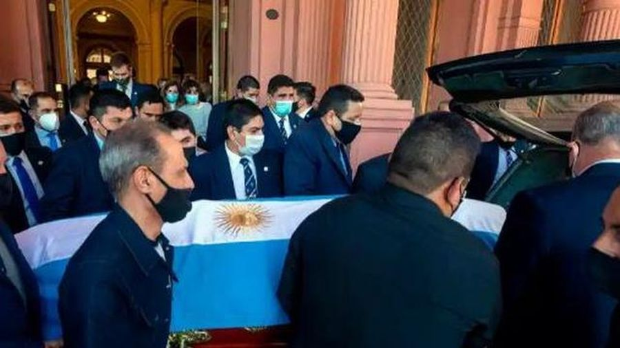 Người hâm mộ đứng ven đường, trèo lên mái nhà tiễn đưa Maradona về nơi an nghỉ