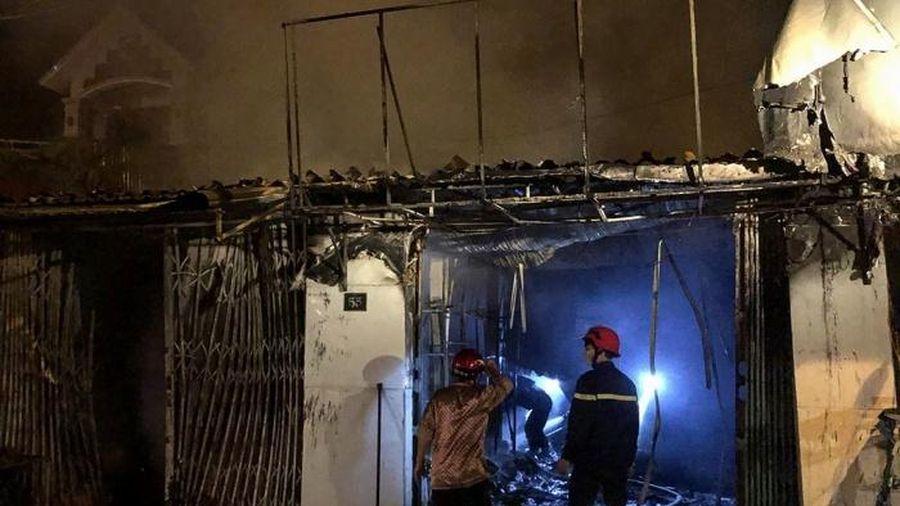 Nhà cháy dữ dội lúc nửa đêm, 4 người mắc kẹt hốt hoảng