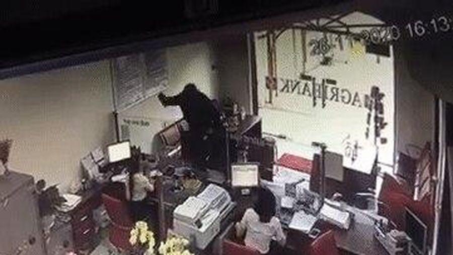 Camera ghi cảnh đối tượng bịt mặt xông vào đe dọa nhân viên, cướp ngân hàng ở Đồng Nai