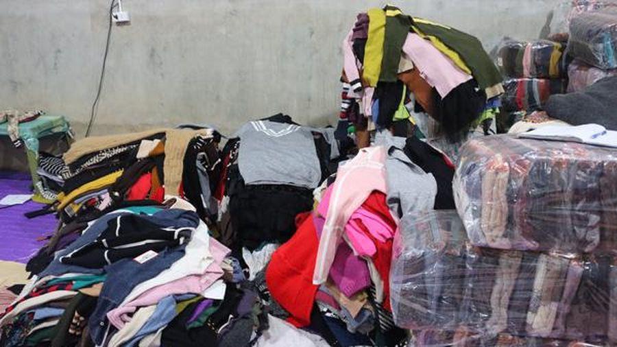Phát hiện cơ sở gia công hơn 4000 chiếc áo len cũ để bán ra thị trường