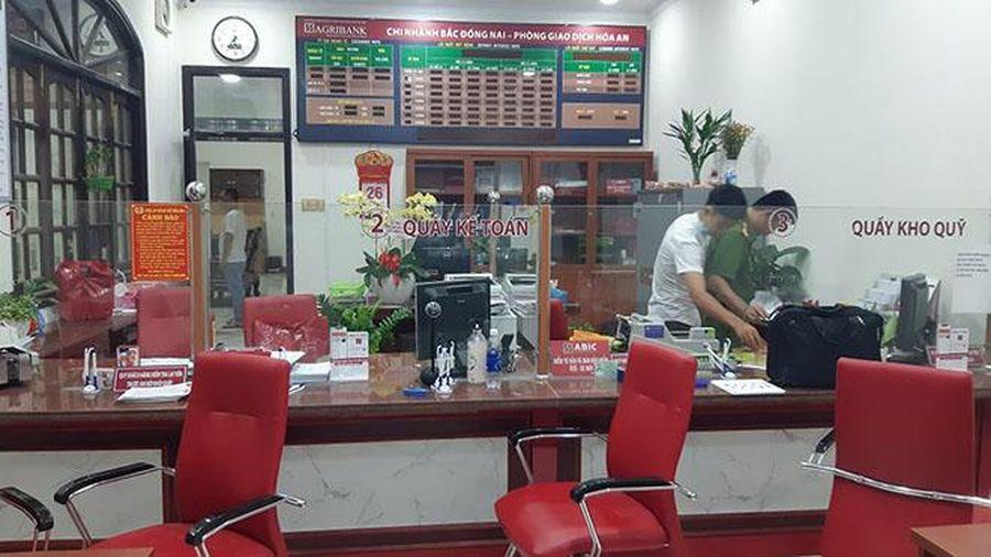 Truy bắt kẻ bịt mặt táo tợn xông vào cướp ngân hàng ở Đồng Nai