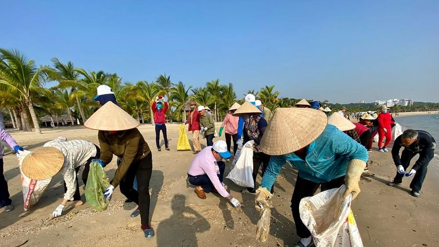 Phát động chiến dịch làm sạch bờ biển và chống rác thải nhựa vùng ven Vịnh Hạ Long