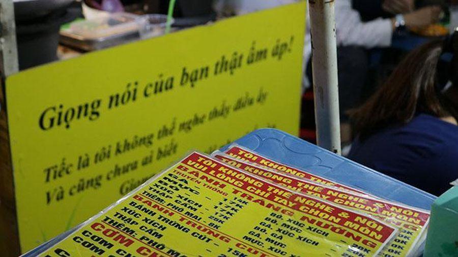 Có một quán cơm cháy 'im lặng' nhất Sài Gòn