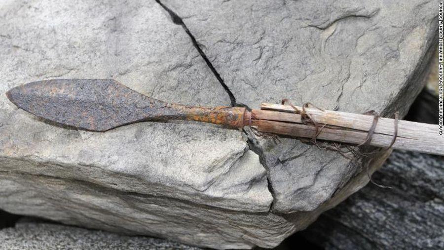 Băng tan làm lộ loạt mũi tên 6.000 năm tuổi