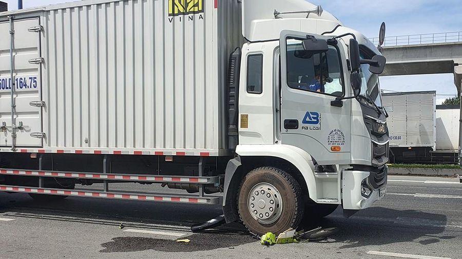 Né hiện trường tai nạn, cô gái bị xe tải cuốn vào gầm