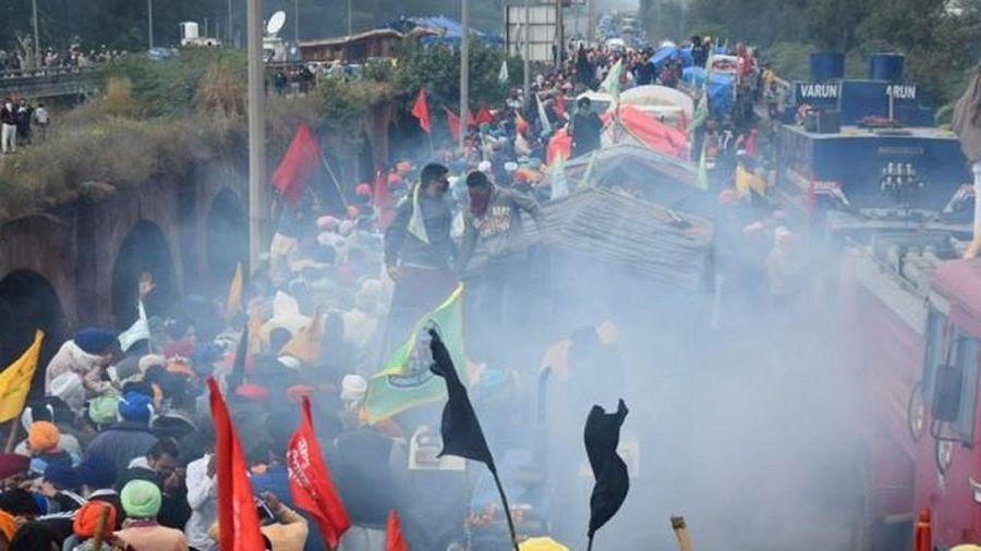 Ấn Độ: Cảnh sát hộ tống nông dân khắp nơi về thủ đô biểu tình