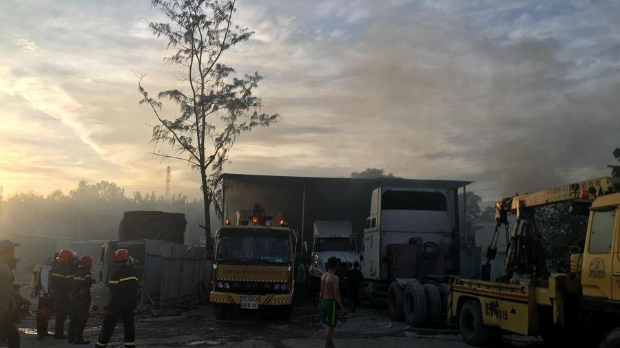Cháy bãi xe tại quận 9 TP.HCM, nhiều ô tô bị thiêu rụi