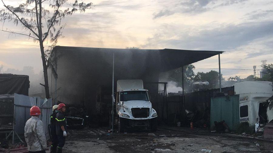 Cháy bãi xe ở quận 9 khiến nhiều xe bị thiêu rụi