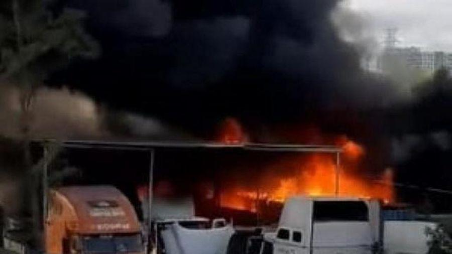 Bãi xe ở quận 9 bị cháy, thiêu rụi nhiều phương tiện