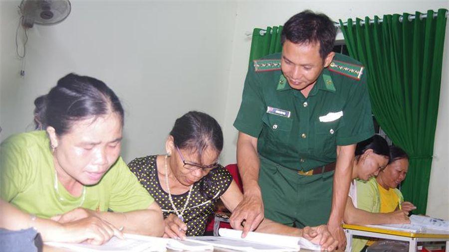 Những lớp học xóa mù chữ nơi vùng biên giới Ia Rvê