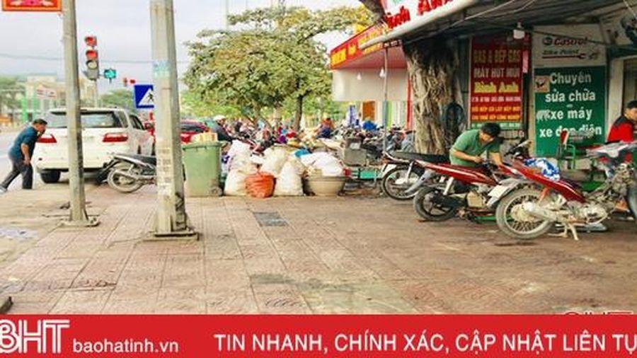 Vỉa hè nhếch nhác ở thị trấn Cẩm Xuyên