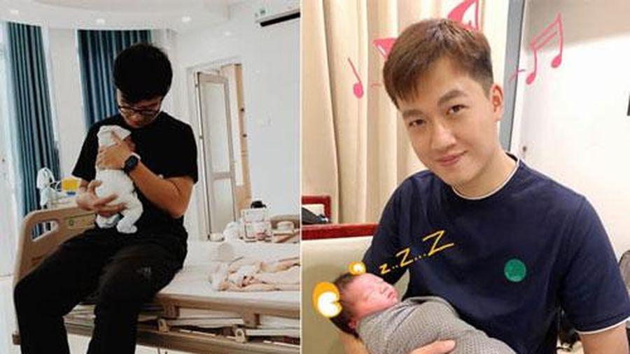Cùng lên chức bố trong tháng 11, MC Trần Ngọc và Dương Sơn Lâm đăng ảnh ôm ấp con cục cưng khiến dân tình 'lụi tim'