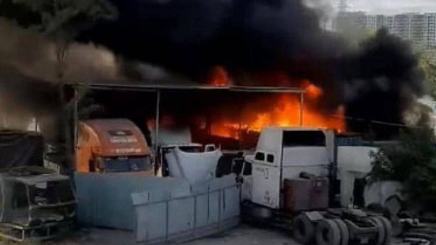 Cháy lớn gara ô tô, bãi xe cạnh cao tốc, nhiều phương tiện bị thiêu rụi