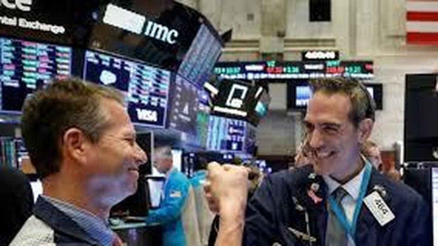 Điều gì khiến chứng khoán Mỹ lập đỉnh trong khi kinh tế toàn cầu vẫn suy thoái?