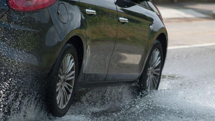 Mẹo xử lý khi ô tô bị trượt bánh dành cho lái mới