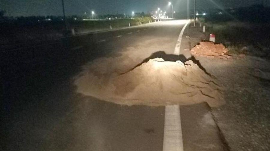 Đống cát nằm chình ình trên tỉnh lộ, bẫy người đi đường trong đêm