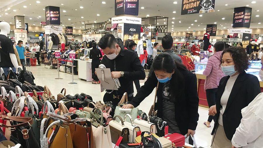 Trung tâm thương mại nhộn nhịp, cửa hàng thời trang nhỏ lẻ vắng khách dịp Black Friday
