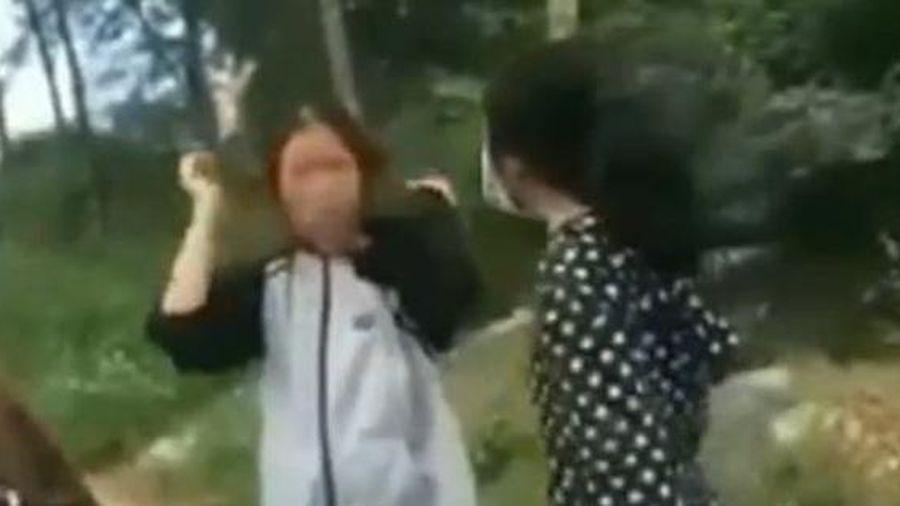 Nữ sinh dùng mũ bảo hiểm đánh liên tiếp vào đầu bạn bị tạm dừng học 1 tuần