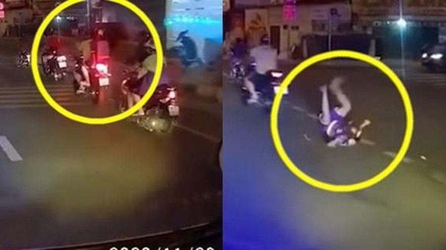 Người cha rồ ga phóng xe khiến con trai ngã văng xuống đất, cảnh tượng sau đó khiến ai cũng 'thót tim'