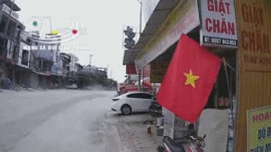 Khoảnh khắc kinh hoàng: Ô tô lao như bay tông người đi xe máy văng lên mái nhà, 2 bố con tử vong thương tâm