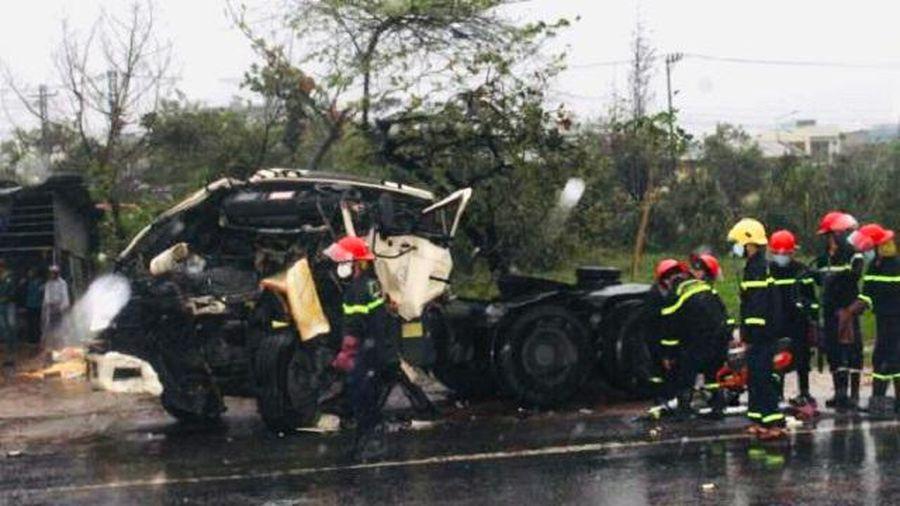 Quảng Nam: Xe đầu kéo 'húc' xe ô tô đang chờ đèn đỏ, 1 người tử vong