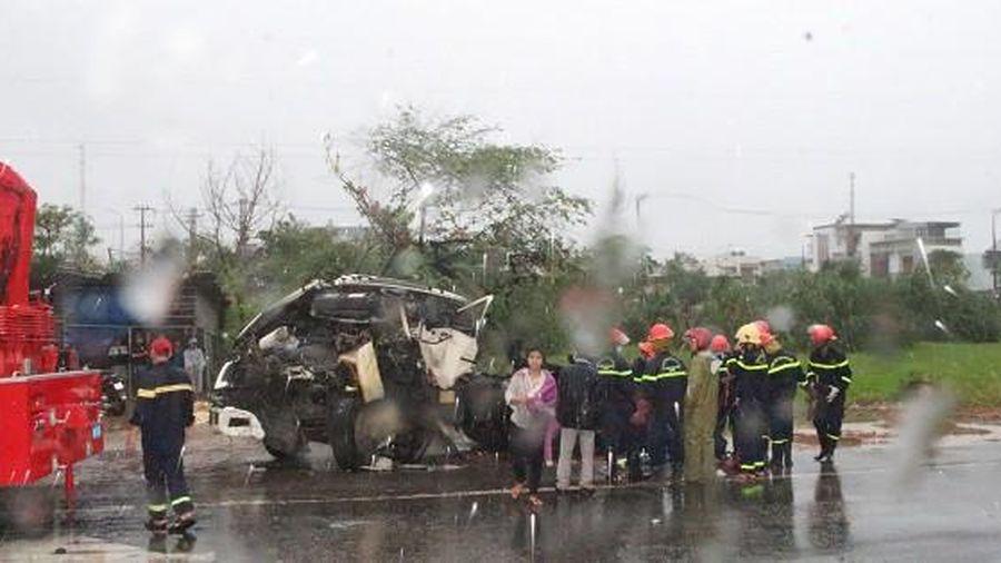 Tài xế xe đầu kéo tử vong sau cú va chạm với xe tải dừng đèn đỏ