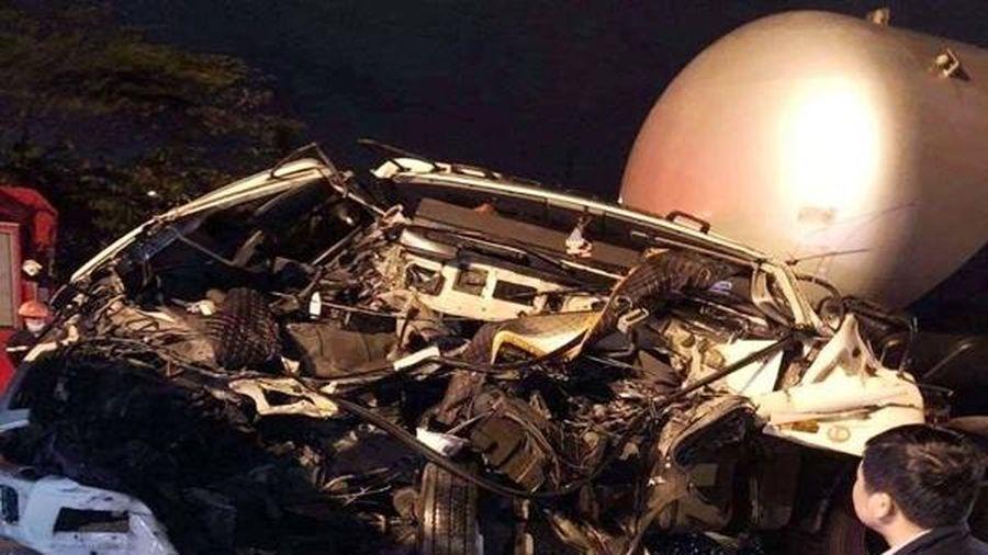 Xe đầu kéo biến dạng khi tông xe tải chờ đèn đỏ, tài xế tử vong