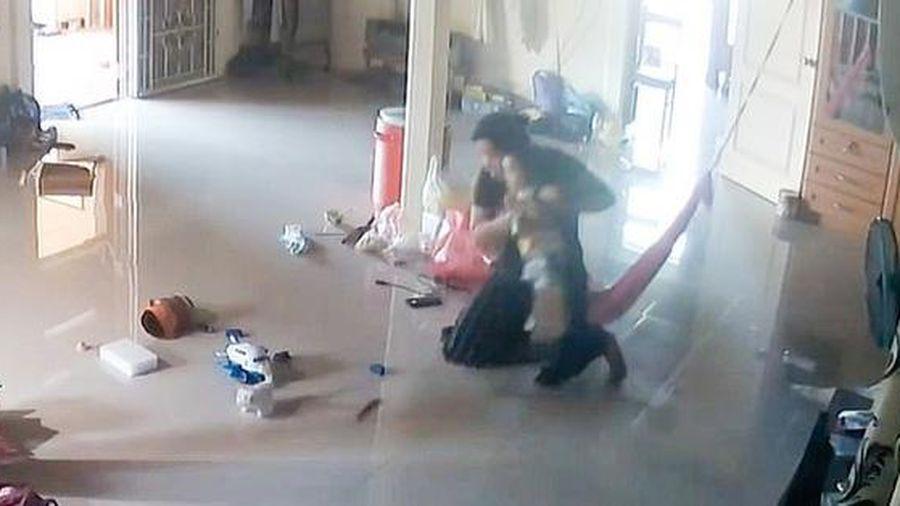Clip: Bà mẹ cứu con trai 1 tuổi thoát khỏi 'tử thần' bò vào nhà trong tích tắc khiến ai cũng 'rụng tim'