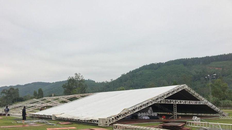 Rạp cưới 800 triệu của Công Phượng dựng giữa sân bóng quê nhà
