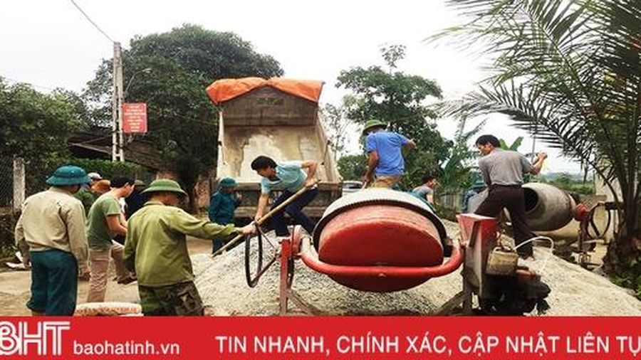 'Gác' ngày nghỉ, giáo viên Hương Sơn cùng Nhân dân xây dựng NTM