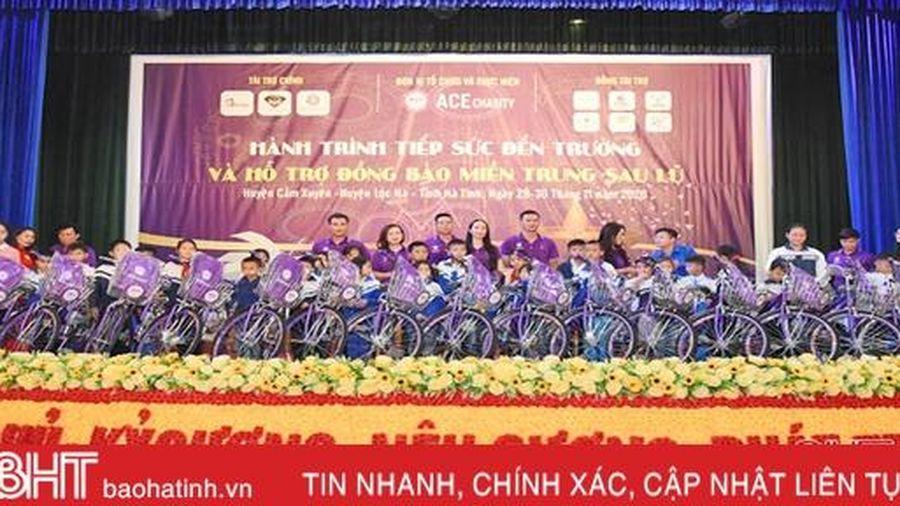 Tặng 300 xe đạp và nhiều đồ dùng học tập cho học sinh nghèo ở Lộc Hà