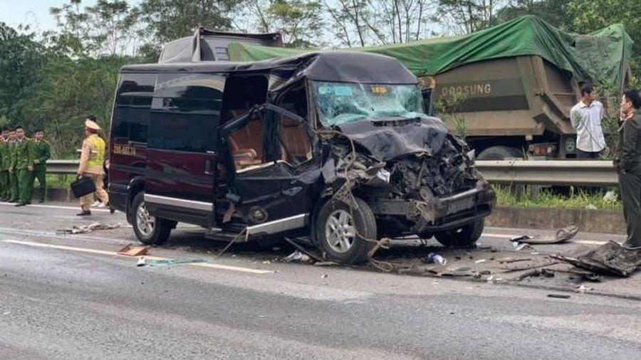 8 người nhập viện sau cú va chạm giữa xe Limousine và xe đầu kéo trên cao tốc Nội Bài - Lào Cai