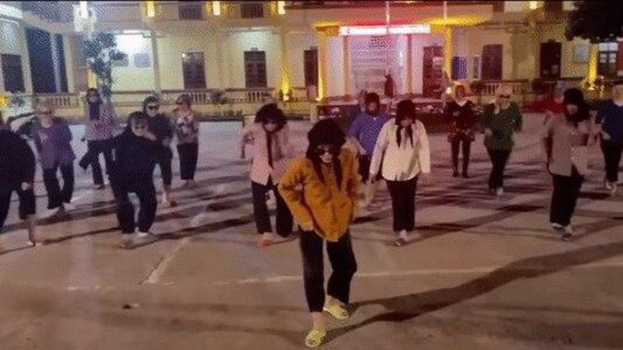 Diện áo bà ba, chân đi dép tổ ong 'huyền thoại', nhóm nữ sinh gây sốt CĐM với tiết mục văn nghệ vui nhộn