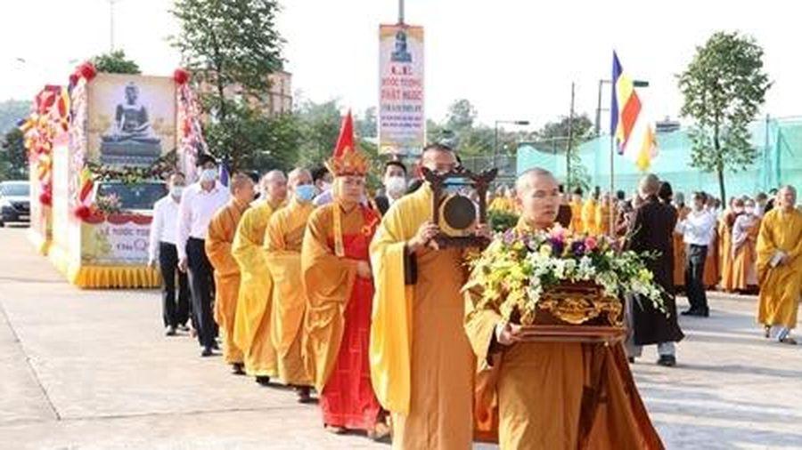 Rước tượng Ngọc Phật Thích Ca nặng 3,8 tấn