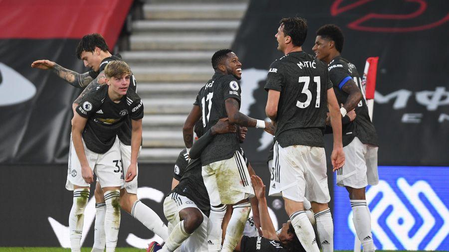 Cavani tái lập thành tích của Van Nistelrooy