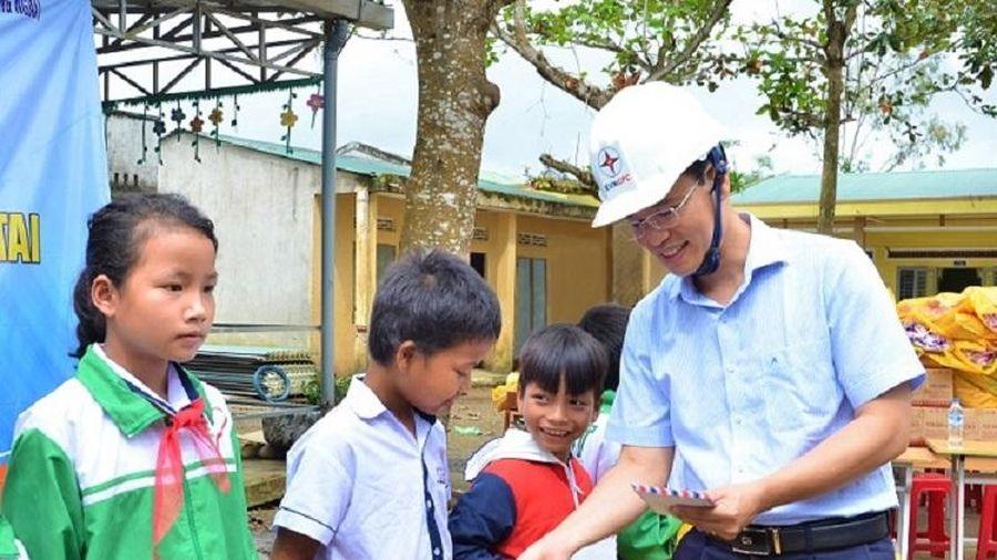 PC Quảng Ngãi: Trao quà hỗ trợ học sinh và các hộ gia đình miền núi