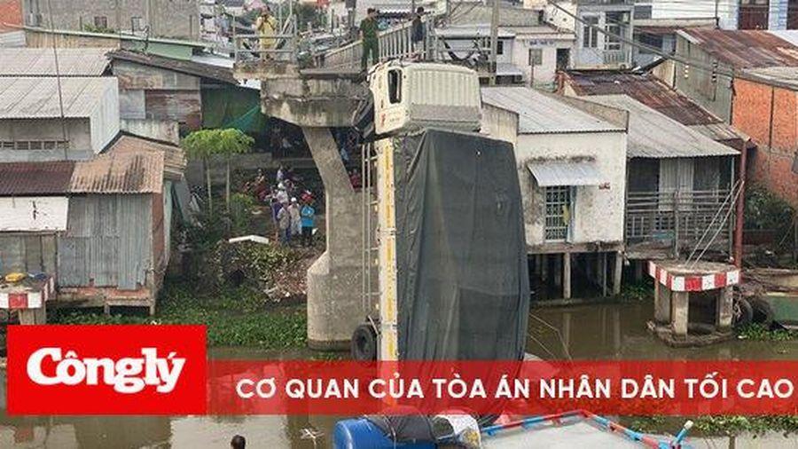 Xe tải chở 15 tấn lúa làm sập cầu dân sinh tại Tiền Giang