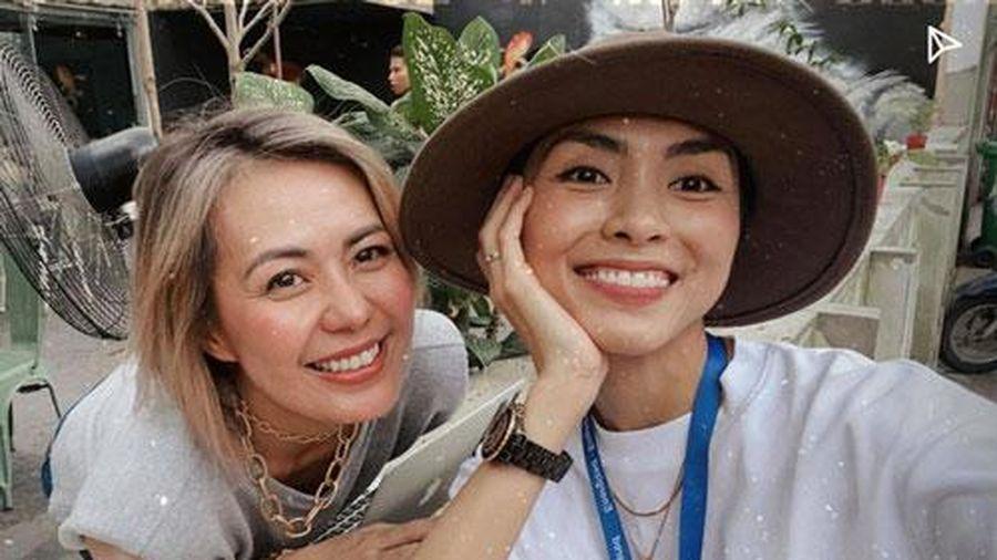 Tăng Thanh Hà lộ nhan sắc đời thường khi chụp ảnh cùng bạn bè