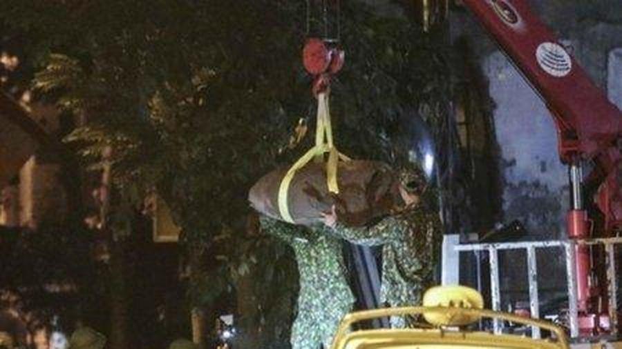 Quả bom nặng 340kg còn nguyên 2 ngòi nổ đã được di dời khỏi phố Cửa Bắc