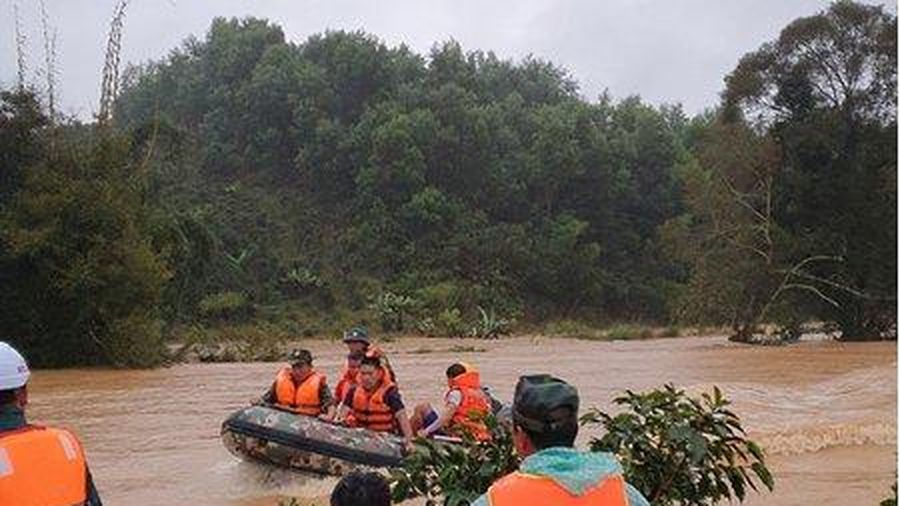 Huy động hơn 100 người tìm kiếm 2 nữ du khách bị lũ cuốn trôi ở Lâm Đồng