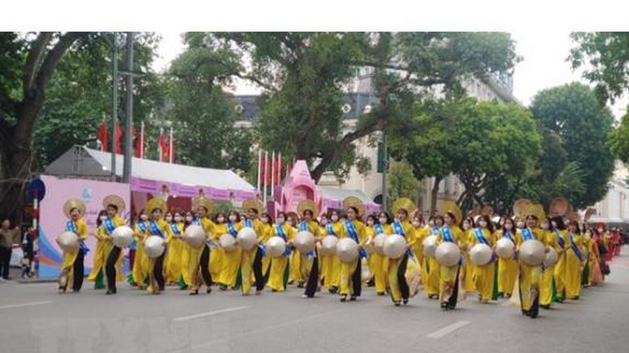Hà Nội: Tôn vinh tà áo dài truyền thống trong 'Hương sắc Tràng An'