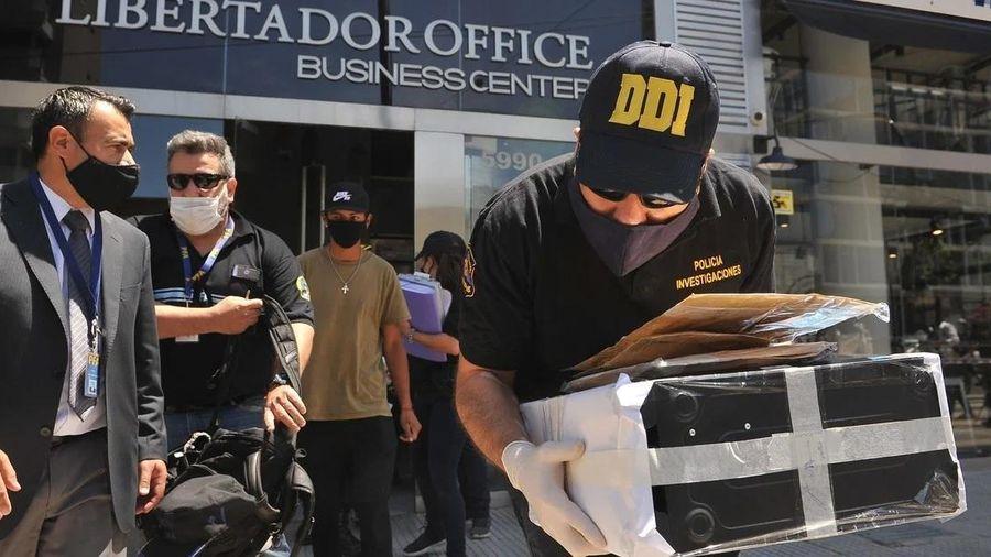 Cảnh sát khám nhà 3 tiếng, bác sĩ riêng của Maradona phủ nhận ngộ sát