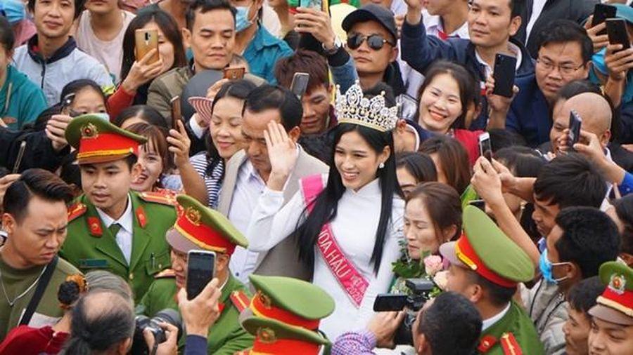 Hoa hậu Đỗ Thị Hà: Chỉ muốn chạy về nhà ôm chặt cha mẹ sau đêm đănq quang